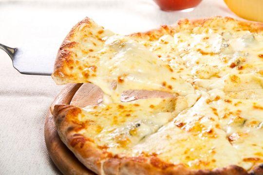طريقة عمل بيتزا الجبن اللذيذة %D8%B7%D8%B1%D9%8A%D