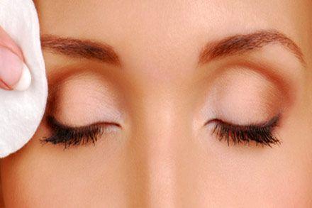 خطوات إزالة ماكياج العيون