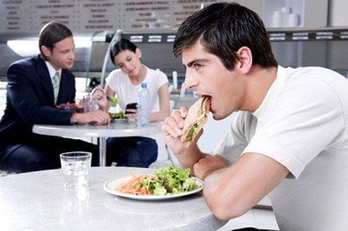تناول طبق السلطة مع الأكل أساسي علشان تشعر بالامتلاء