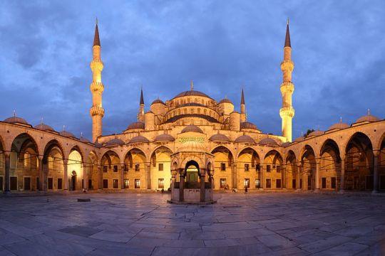 يتوسط صحن مسجد السلطان أحمد ميضأة سداسية